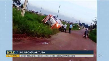 Ônibus cai em valeta em Piraquara - A rua é estreita e cheia de buracos.