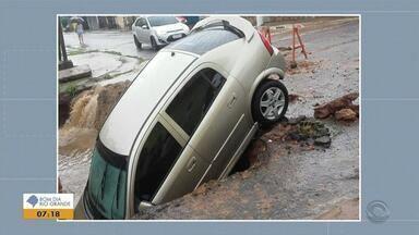 Carro cai dentro de cratera em Alvorada - Assista ao vídeo.