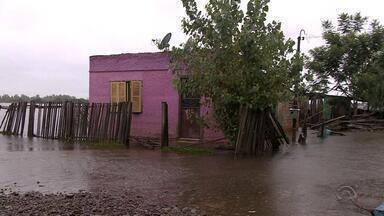 Cheia de rio em Rosário do Sul deixa moradores fora de casa - Segue chovendo forte na cidade.