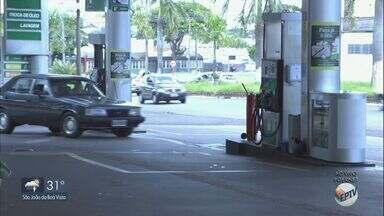 Lei proíbe consumo de bebidas alcoólicas em postos de combustíveis no Estado de São Paulo - A partir de agora, só é permitido consumir bebida alcoólica dentro da loja de conveniência ou numa área restrita, que esteja fora da região onde acontece o abastecimento dos carros.