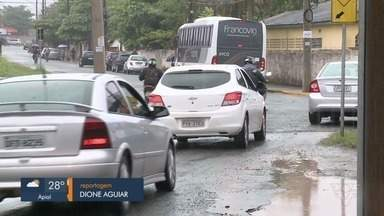 Moradores de Agrochá, em Registro, reclamam de buracos na principal avenida da região - De acordo com os moradores do bairro, o problema já se estende há anos e o local está cheio de buracos.