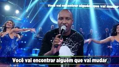 """Thiaguinho canta o sucesso """"Tá Vendo Aquela Lua"""" - O cantor anima o auditório do Domingão"""