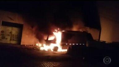 Novos ataques assustam a população do Ceará - Ônibus, um caminhão e escolas foram atacadas