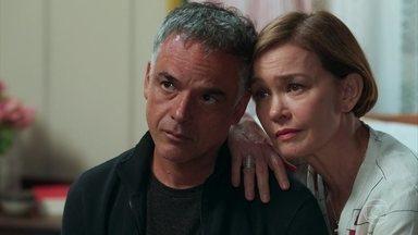 Margot conforta Ana e Flávio - Ela garante que Cris está bem, mas Ana sofre com a falta de notícias da jovem