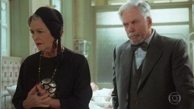 Hildegard e Augusto visitam Danilo - Eles acreditam que o Coronel Eugênio está por trás do atentado contra o filho e pedem que a Madre mantenha segredo sobre o paradeiro do pintor