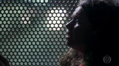 Lourdes Maria vaga pelas ruas de São Paulo - Olavo se recusa a sentir pena da jovem. Socorro torce para que a filha volte para casa