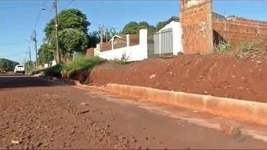 Moradores reclamam de situação de rua em bairro de Dourados - A rua Altamira foi rebaixada e ficou um desnível em relação às casas.