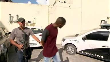 Polícia prende dois homens acusados de comandar a milícia de Itaboraí - Felipe Cesar dos Santos e Thiago de Souza Gonçalves estavam num posto de gasolina quando foram detidos. Eles tinham armas, munição e um caderno das extorções.