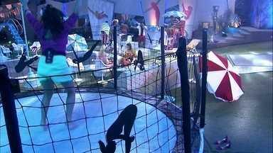 Tereza pula na cama elástica da Festa Aqualoucos - Sister pula na festa