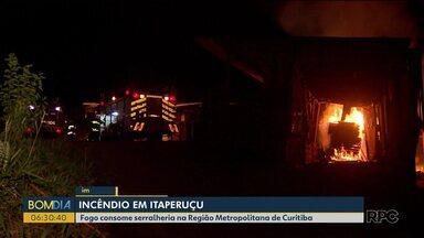 Incêndio atinge serralheria em Itaperuçu, na Região Metropolitana de Curitiba - Fogo começou por volta das 3 da manhã. Bombeiros levaram cerca de três horas pra controlar as chamas.