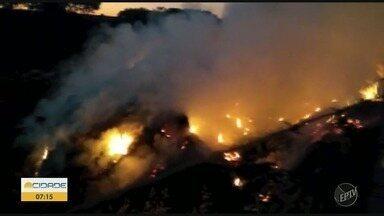 Ecoponto em Iracemápolis pega fogo - O incêndio começou nesta quarta-feira (30) e bombeiros tiveram ajuda de um caminhão-pipa para combater o fogo.