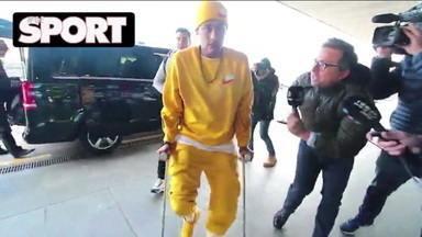 Neymar volta a Paris de muletas e mostra irritação com pergunta sobre Barcelona - Neymar volta a Paris de muletas e mostra irritação com pergunta sobre Barcelona