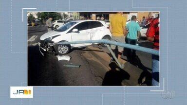 Acidente deixa o trânsito tumultuado na Avenida Anhanguera, em Goiânia - Imagens foram enviadas por telespectadores.