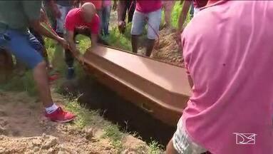 Corpo de vítima de acidente de ônibus em Goiás é enterrada no Maranhão - Vítima morreu em acidente com ônibus clandestino que saiu do Maranhão e caiu de um viaduto em Goiânia, no domingo.