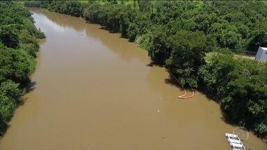 Instalação de barreiras para impedir avanço da lama deve levar mais dois dias - A cidade de Pará de Minas suspendeu a captação de água do Rio Paraopeba, por causa da ameaça de contaminação.