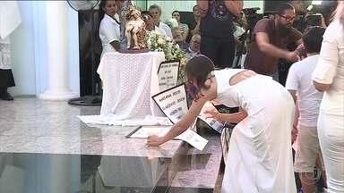 Parentes e amigos de vítimas se reúnem para missa aos mortos em Brumadinho - Os nomes das pessoas que morreram foram lidos por um padre emocionado.