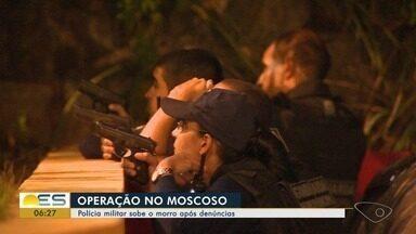 Policiais Militares fazem operação no Morro do Moscoso após denúncias, no ES - A arma apreendida foi levada para o DPJ de Vitória. Ninguém foi preso.