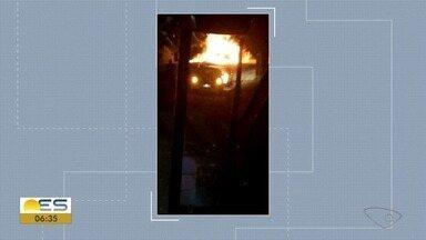 Ônibus é incendiado em Aracruz durante a madrugada, no ES - Ninguém ficou ferido e a polícia está investigando o caso.