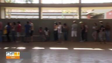 Interessados fazem fila gigante no Areal por vaga em curso profissionalizante - Cerca de 500 pessoas disputaram vagas aberta pela Escola Técnica de Brasília.