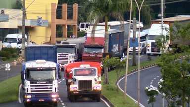 Caminhoneiros protestam contra restrição para circular pelas ruas de Foz - O protesto deixou o trânsito lento na cidade.