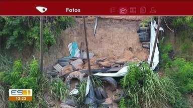 Morador de Marataízes reclama de pneus e pedaços de madeira acumulados em barranco - Prefeitura disse que vai remover o entulho.