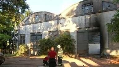 Incêndio atinge depósito de cereais em Tatuí - Segundo o Corpo de Bombeiros, chamas começaram na madrugada desta sexta-feira (1º). Equipes verificaram que estrutura foi comprometida e parte do telhado caiu.