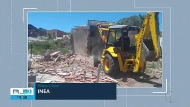 Imóveis construídos em área de proteção são demolidos em Arraial do Cabo, no RJ - Assista a seguir.