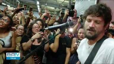 Cantor Saulo faz apresentação surpresa na estação de metrô do Acesso Norte - Artista surpreendeu o público no fim da tarde desta sexta (1).