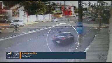 Motorista faz conversão irregular e provoca acidente em Rio Claro - Um motociclista não conseguiu desviar e foi lançado por cima do carro.