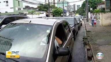 Volta às aulas leva 250 mil carros no trânsito do Recife - Chuvas e engarrafamentos em alguns pontos da cidade marcaram a primeira segunda-feira de aulas.