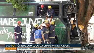 Para não invadir casa, motorista atinge ônibus em uma árvore - O caso foi registrado em Maringá