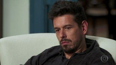 Alain está insatisfeito por ver Mariane como Julia Castelo - Bola tenta consolá-lo e diz que o resultado não está ruim, apesar de ser uma Julia diferente