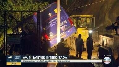Ônibus cai após delizamento de encosta na Avenida Niemeyer - Avenida Niemeyer tem trânisto interditado após fortes chuvas