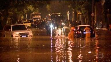 Tempestade provoca inundações e mortes no Rio de Janeiro - Um temporal com ventos de mais de 100 km/h na noite desta quarta-feira (6) provocou inundações em vários bairros, derrubou árvores e destruiu parte de uma ciclovia.Três pessoas morreram.