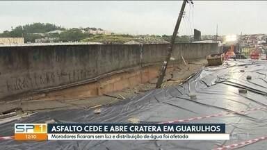 Asfalto cede e abre cratera em rua de Guarulhos - Moradores ficaram sem luz e distribuição de água foi afetada