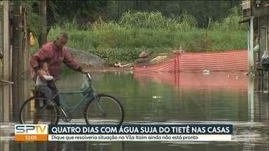 Moradores da Vila Itaim estão há quatro dias na enchente - Água do rio Tietê transbordou com as chuvas dos últimos dias.