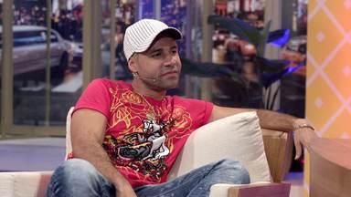 Jefinho Do Pagode - Ferdinando abre o programa cantando um musical de Ivete Sangalo e levanta a plateia. Na entrevista, ele recebe o ator Rodrigo Santana como Jefinho do Pagode.