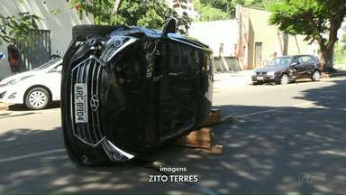 Carro capota no centro de Foz do Iguaçu - Trânsito foi bloqueado. Ninguém ficou ferido.