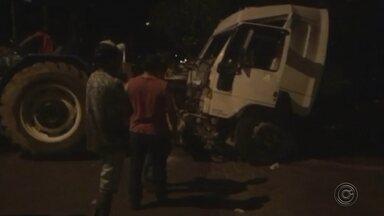 Caminhão desgovernado invade casa e destrói cômodo em Lupércio - Um caminhão desgovernado invadiu uma casa nesta sexta-feira (8) à noite na rua Guilherme Grandisoli, em Lupércio (SP).