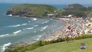 Dia de sol e calor atrai veranistas na Praia da Guarita, em Torres - Visitantes também aproveitam outras atrações turísticas da cidade.
