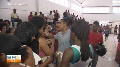 Eleitores enfrentam fila para fazer cadastro da biometria em Lauro de Freitas - Serviço pode ser feito até as 18h no Ginásio de Esportes da cidade. Local teve confusão na distribuição de senhas.