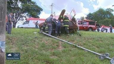 Carro capota próximo à entrada da USP em Ribeirão Preto e deixa 2 idosos feridos - Vítimas ficaram presas entre as ferragens de carro e foram levadas conscientes para o hospital.