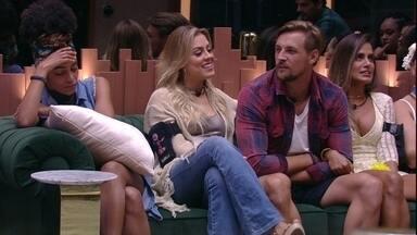 Gabriela fica pensativa, enquanto brothers conversam - Sister fica pensativa