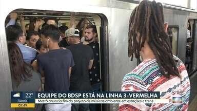 Metro anuncia fim de projeto de musica ambiente em trens e estações da capital - Passageiros da linha 3-Vermelha enfrentavam lotação hoje cedo. Metro disse que serviço estava funcionando normalmente
