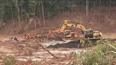 Corpos de 165 vítimas do rompimento da barragem em Brumadinho já foram encontrados - Cento e sessenta pessoas continuam desaparecidas. Neste fim de semana, máquinas pesadas foram usadas para escavações mais profundas. Helicópteros e cães farejadores também ajudaram nas buscas.