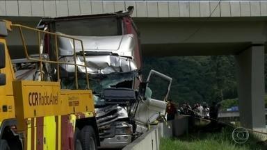 Boletim: parte da rodovia Anhanguera é liberada após acidente com helicóptero de Boechat - Uma das vias continua bloqueada porque é onde estão o caminhão e os destroços do helicóptero.