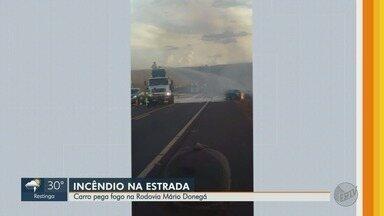 Carro pega fogo no acostamento da Rodovia Mário Donegá - Incidente foi na pista entre Dumont e Pradópolis.