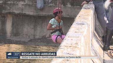 Mulher é retirada do Ribeirão Arrudas pelos bombeiros, no Centro de BH - Com sinais de embriaguez, mulher teria entrado no leito canalizado e não conseguiu sair.