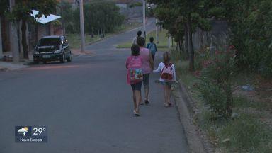 Sem transporte público, crianças vão para a escola a pé em São José do Rio Pardo - A prefeitura informou que uma mudança foi feita nas regras de ônibus no ano passado e os pais foram comunicados.