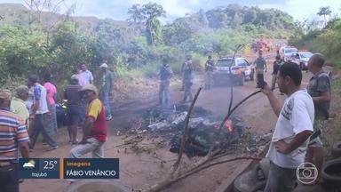 Comerciantes de Brumadinho fazem protesto em frente à mineradora Vale - Eles se sentem prejudicados pela interdição de estradas por causa da lama e também querem ter acesso pela estrada da empresa.
